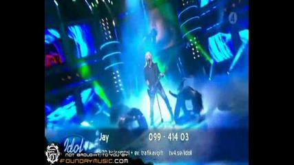 Шведския Music idol участник изпълнява песента Enter Sandman на Metallica