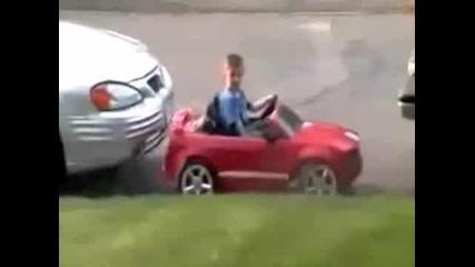 Дете паркира mustang със стил