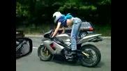 Секси мотористка на пътя