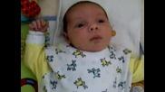 Бебе Кико Се Заглежда В Играчката Си