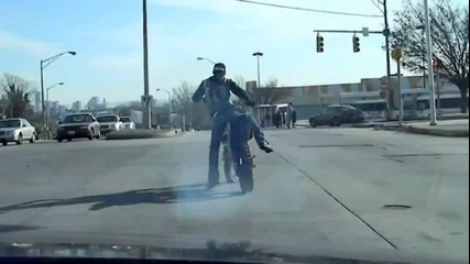 16 Годишен Лудак кара на задна гума