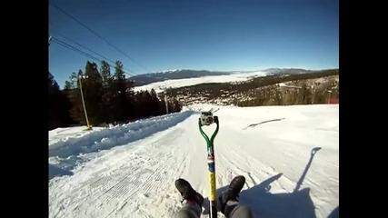 Страхотно спускане по зимна пързалка с лопата