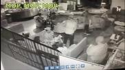 Пиян повръща в заведение и две момичета се хлъзгат там .