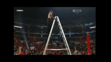 Джеф Харди прави лебедовата бомба от стълба