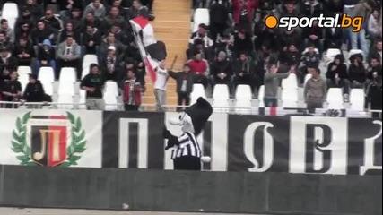 Талисманът-смърф надъхва феновете преди мача с Цска