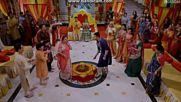 Сантош и Арун ; Викрам и Мена ; Сурадж и Сандия танцуват
