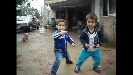Малчугани танцуват