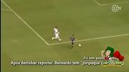 Футболист удря репортер по време на радост!