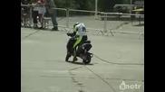 Идиот не може да подкара скутер..падане след падане :d