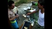Миро продава препечени филиики