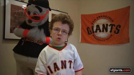 Това момче стана известно,че и с бейзболни отбори пее