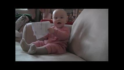 Бебе се смее като побъркано на хартия