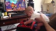 Малко бебче играe на Street Fighter