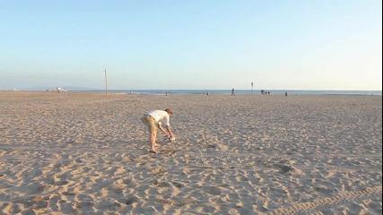 Дейвид Бекъм показва умения на плажа !