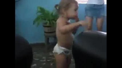 малкото- момиче играе самба