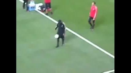 Ronaldinho отново слепи топката със земята !
