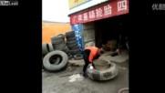 Китайка с лекота сменя гуми на Тир