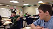 Момче пърди в клас