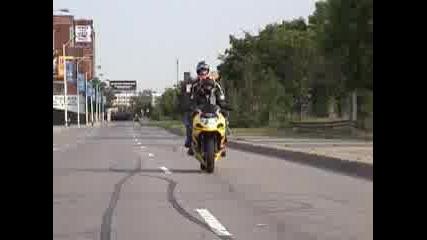Луди Мотористи Показват Умения
