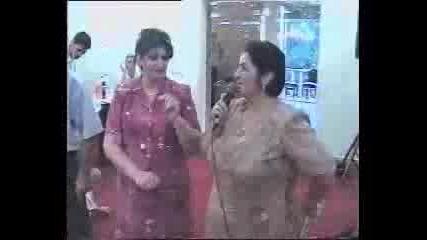 Вижте Жената Къде Държи Микрофона.. Хахах