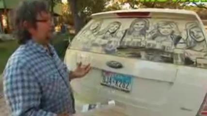 Вижте какво прави този човек със стъклата на колите.. Истински талант!