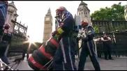 Марк Уебър по улиците на Лондон с болид на Ред бул от 2009