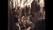 Взел си е сгъваемо легло в метрото и не му пука - лежи си на него