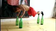 5 годишно дете прави лицеви опори върху стъклени бутилки