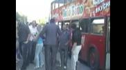 абитурент си поръча автобус с караоке за бала
