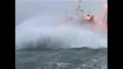 Силна Буря В Морето.