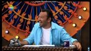 Мъж се смее заразително в телевизионно шоу
