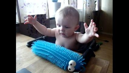Бебе се плаши от играчката си !!!!!!