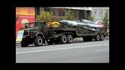 Военни камиони на фона на химна на Русия.