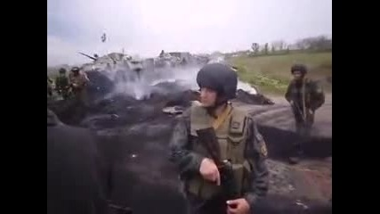 2 май 2014 Красногорка. Местните жители спират военна колона