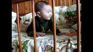 Бебе Ники Скача Като Зайче