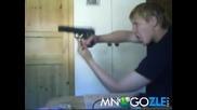 Глупак си играе с пистолет