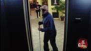 Сляп човек пада в асансьорната шахта - Скрита Камера
