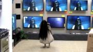 """Ужас в магазин за телевизори! Страшна шега със Самара от """" Rings"""""""