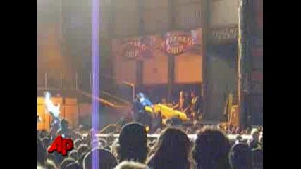 Скандално, Aerosmith - Steven Tyler. Пада от Сцената...
