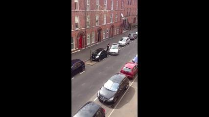 Жена опитва паралелно паркиране