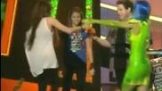 Ужасяващо! Кейти Пери е напръскана с нещо гадно докато иска да даде наградата!