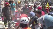 Спасители вадят деца от развалините в Аматриче