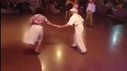Възрастна двойка танцува прекрасно