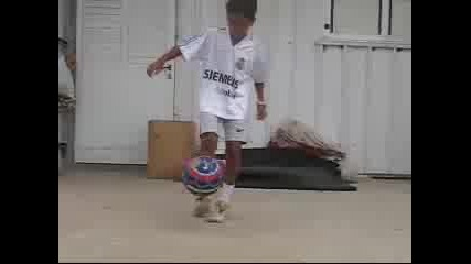 Футболни умения... 8 годишно лапе