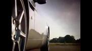 Човека Cамолет Срещу Aston V8 Vantage Roadster