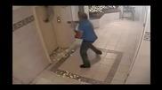 Жена почти убива кучето си в асансьор