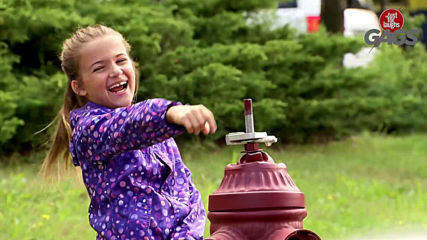 Смешна Скрита Камера - Child Uses a Fire Hydrant On The Car