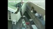 Да паднеш от покрива на къщата