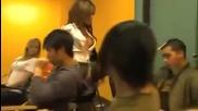 Учителка се съблича докато преподава на учениците урок ( Много Смях )