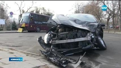 Кола се вряза в автобус до Морската градина в Бургас
